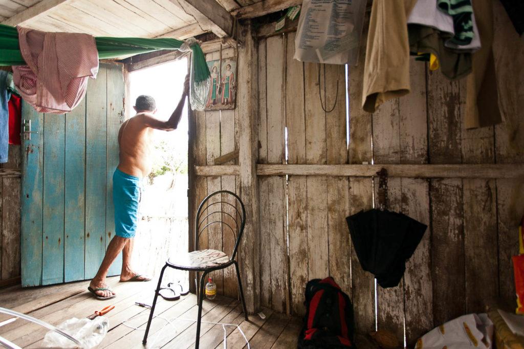 ILHA DE ALGODOAL, PA, 2012-03-31 - 28MM: Abraao Ferreira, 67, nasceu numa ilha perto mas foi criado em Algodoal. Aposentado, ele trabalhava pescando camarao e caranguejo. Nao troca a vida dele na Ilha por nada. Os irmaos (4 vivos) moram fora. Vila de Algodoal na Ilha de Algodoal a 3 horas de distancia de Belem (2:30 de carro e 30 de barco). Lugar tranquilo e delícioso onde veiculos terrestres motorizados nao podem entrar. (Foto: Henrique Manreza/28mm)